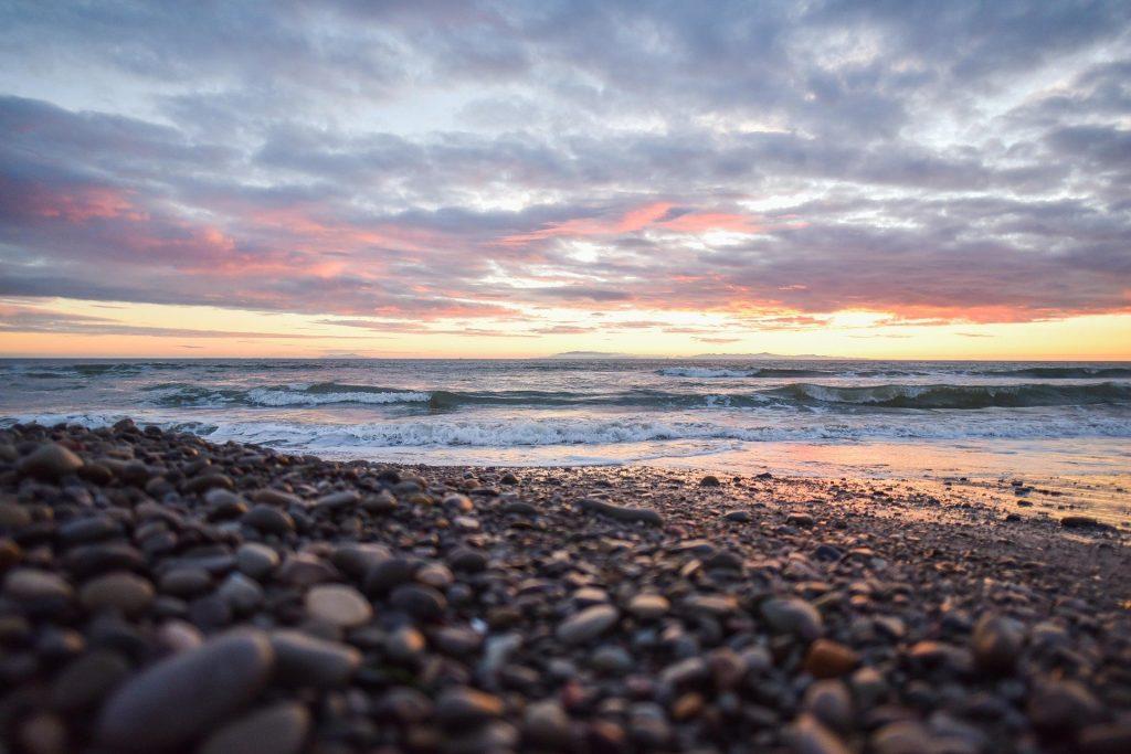 plage-galets-couché-de-soleil